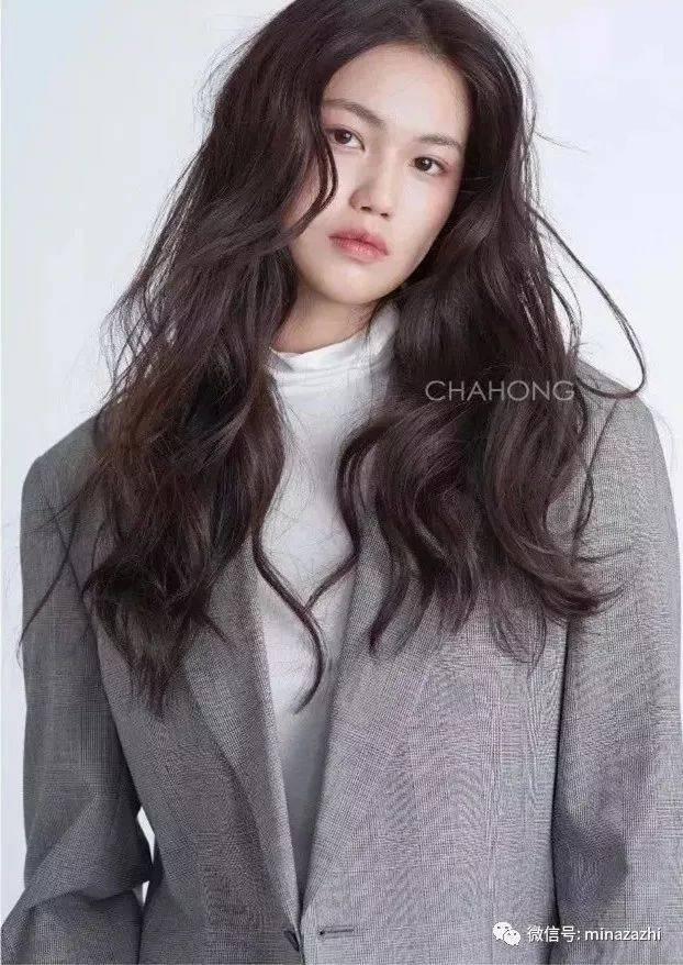 头发扁塌乱翘の细软发适合的发型:羊毛卷长发