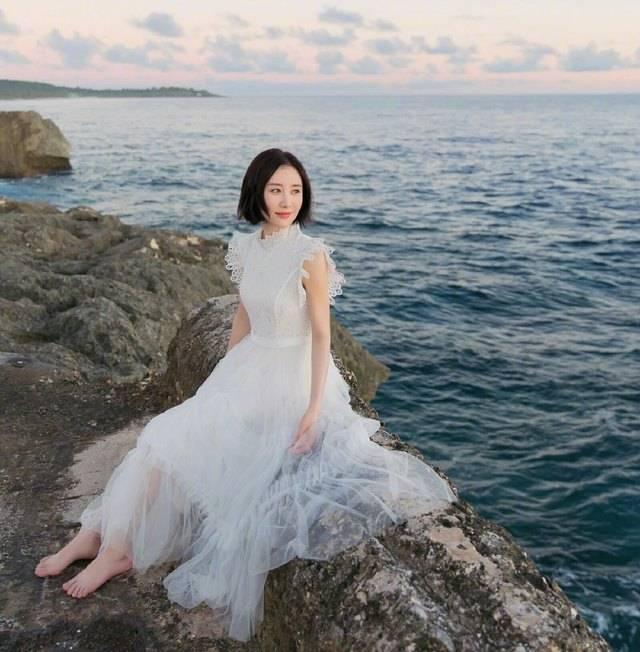 身穿白色仙女裙,光着脚丫在海边旋转跳跃,被网友狂赞,这就是仙女本人