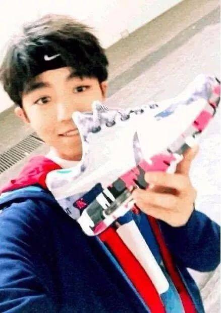 王俊凯不仅穿古装好看还会自己设计鞋子 刚上架就被抢图片