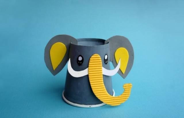 大象,一直是手工界中被用来作为模板的常客,各种大象画,粘土大象层出不穷。 但是要做出一只逼真的大象,又并不是那么简单,要有很高的塑形能力, 但是凡事都有绝对,在小莉老师这里,只需要几张卡纸, 泡沫棉,纸筒等一些简单的材料就可以帮你做出立体感十足的逼真大象。 弹簧纸大象面具  像大象一样强壮,保护你!