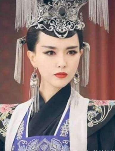 """赵丽颖在《花千骨》中扮演的角色一开始单纯美好,到后来化身""""妖神""""的"""