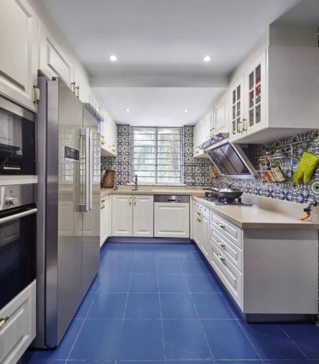 廚房藍色地磚搭配藍調花磚,定制櫥柜收納大型廚電,u型廚房,合理
