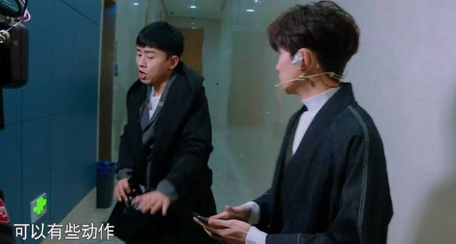 王源在后台偷偷塞给张杰一个礼物,提醒张杰不要被人看到!