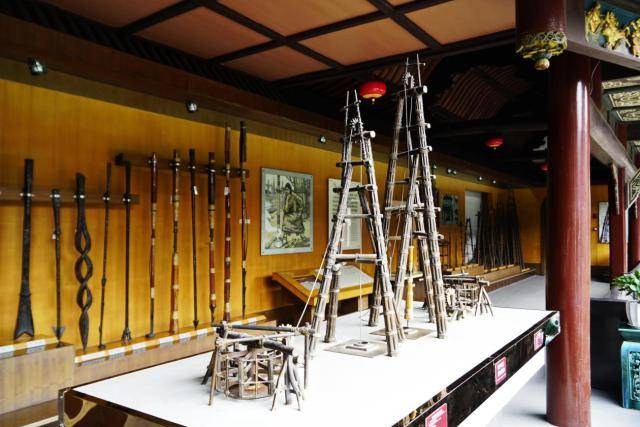 碓架(凿井架)很像舂米,不同的是它的锥头下吊着一种特殊的圆锉,里面有