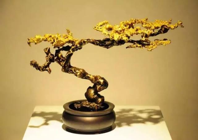 作品既有古典东方的宝塔佛像, 也有很多现代抽象意向化的, 在中国