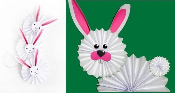 复活节兔是复活节象征之一。作为多产动物的兔子,象征了春天的复苏和新生命的诞生,现在不光是兔子是作为给孩子们送复活节蛋的使者,还有小鸡也是复活节必备手工哦,深受孩子的宠爱,成为了在复活节这一天孩子定会收到兔形跟小鸡礼物。那么,关于兔子和小鸡的手工有哪些呢? 绒球兔子贺卡 准备材料:玩具眼睛 、绒球、白乳胶、马克笔 、卡纸  制作步骤:在粉色的卡纸上写一个大字母B,沿着线条涂上白乳胶