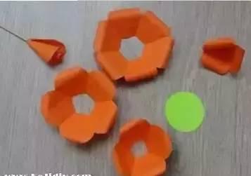 简单又漂亮的玫瑰花折纸,是分别完成花瓣,叶子,再组合起来的折法