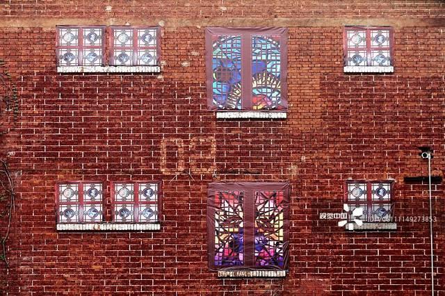 待拆老楼房贴上假窗 内观破败外观文艺