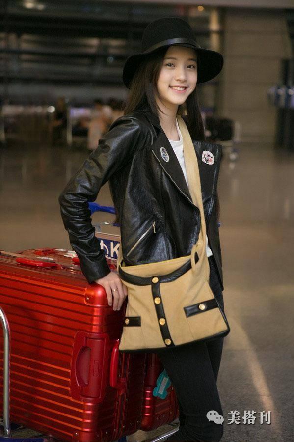 欧阳娜娜这身香奈儿皮衣搭配上黑色裤子,配上黑色马丁靴非常的时尚又图片