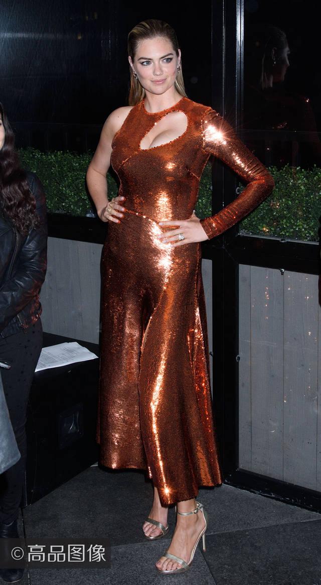 演员凯特·阿普顿身着emilio pucci 礼服,出席《体育画报》泳装专刊图片