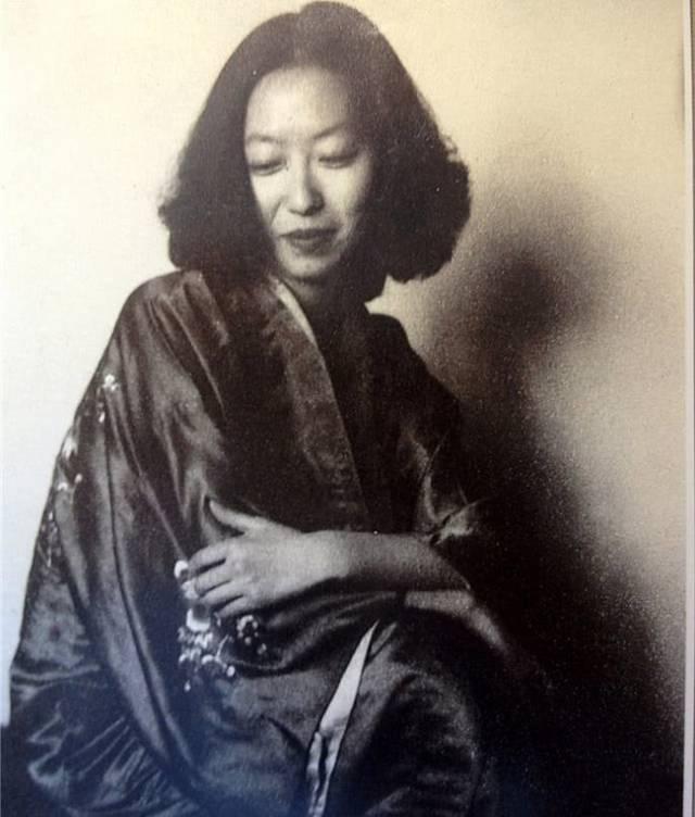 1943年,张爱玲与著名影星李香兰(山口淑子)在上海寓所.