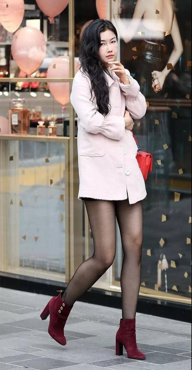 黑丝美女被颜射_时尚街拍|超薄黑丝 展现美女的迷人之处