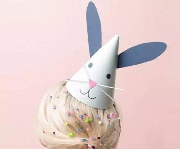 帽子,一直为大多数小朋友喜欢,其实小莉老师也特别喜欢帽子, 不论春夏秋冬,小莉老师都能为自己佩戴合适的帽子。 今天,小莉为大家收集了关于帽子的各种手工,有趣又好玩,你准备好了吗? 灿烂的花儿帽子  独特的灿烂花儿帽子,真的是创意满满~ 准备材料:卡纸,剪刀,热熔胶,笔,碗,线  制作步骤:按照上面的步骤先把花茎做出来,一步一步来哦~