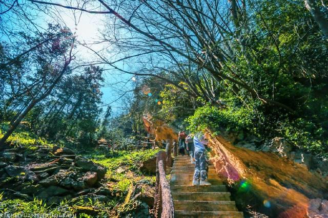 景区山水相映,四季长青,风景秀丽,环境清幽,最高峰海拔为760米.