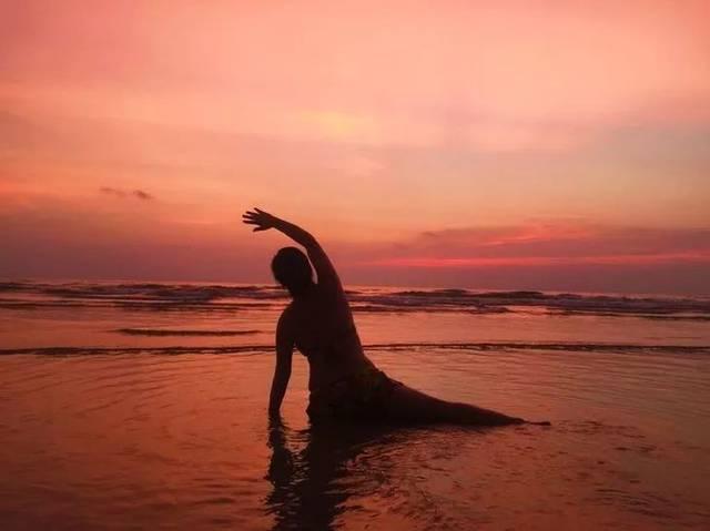 夕陽西下,晚霞里做個瑜伽圖片
