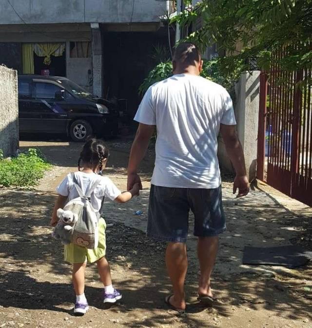 4年来偷拍下父女手牵手背影,妈妈等她长大就会当成礼物送给女儿