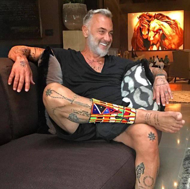 生活中,他特别的乐观开朗,酷爱纹身,几乎纹身遍布整个身体,而且每一个图片