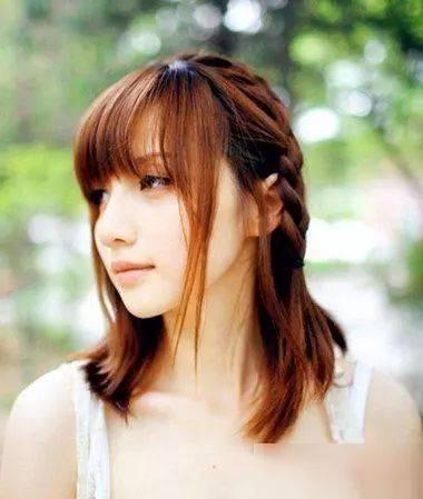 女生斜刘海编发齐肩发发型图片