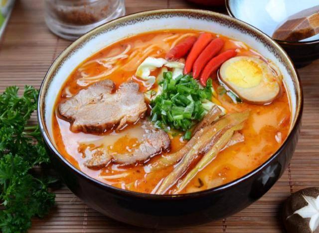 日本网友吃拉面叫老板加了叉烧,店主:我们店的肉都这么大块啦!
