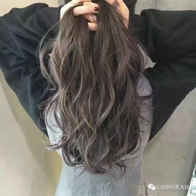 大波浪曲发可以让发丝挑染细节若隐若现,同时女人味大爆发;而在中长发图片