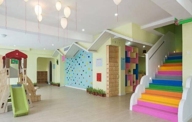 幼儿园墙壁楼梯手工制作画