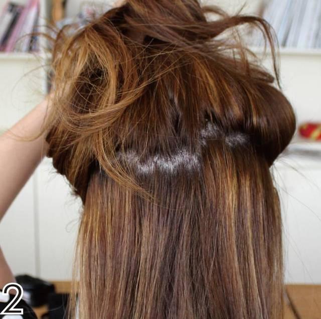 1.将头发用电棒上卷.图片