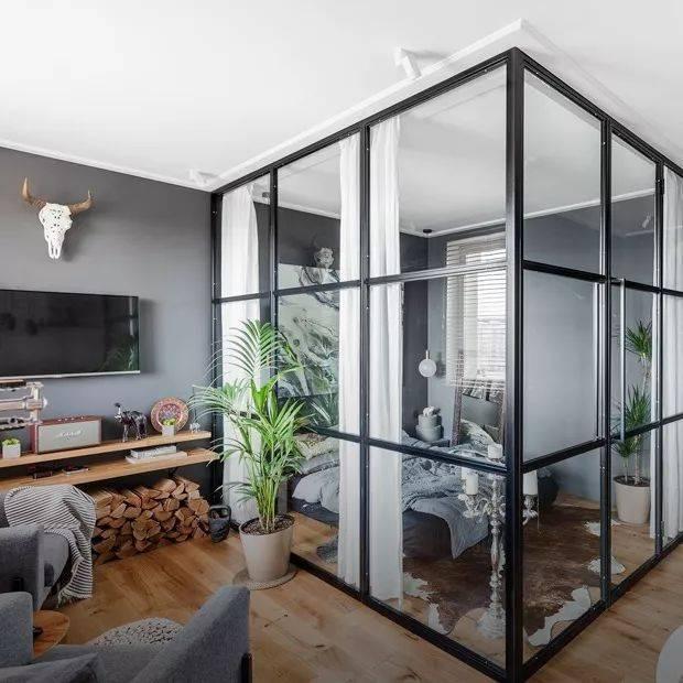 房间内玻璃隔断隔出的卧室图片