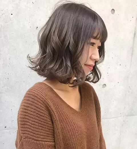 这种小波浪烫卷设计的齐脖短发烫发发型很有个性时尚范儿,齐脖短发从图片