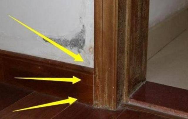 师傅在卫生间门口留了两个瓷砖踢脚线,没想到,居然有这个好处
