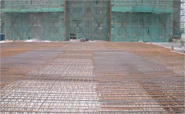 楼板上层钢筋应置于格构梁上弦钢筋上,与格构梁绑扎固定,以防止偏移图片