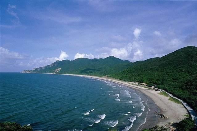 西冲沙滩是深圳最大的沙滩,对于一些游客来说,这里才是中国最美的海滩
