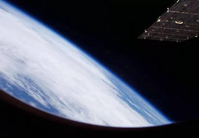 这张是神舟六号航天员 聂海胜拍摄的照片 透过神舟飞船的舷窗看地球