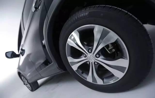 因此一定要定期检查胎压,因为气压不足行驶,会导致轮胎胎体屈曲过度图片