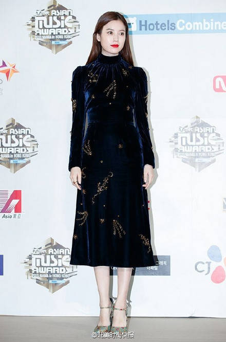 韩国明星红毯走秀,辣眼睛,比心的手势实在太low