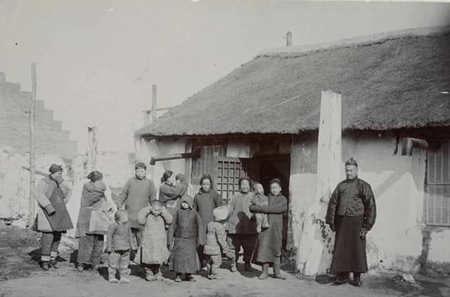 裹小脚的现代人_农村的妇人,旁边是老爷,可以看到这些妇人都是裹小脚的.