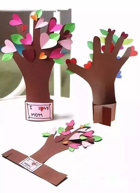 准备材料:卡纸,模板,剪刀,固体胶,颜料,画笔 制作步骤图解: 亲子课上