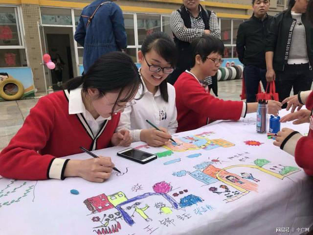 凤凰幼儿园百米亲子绘画长卷献礼泉州市旺旺幼儿园成立20周年