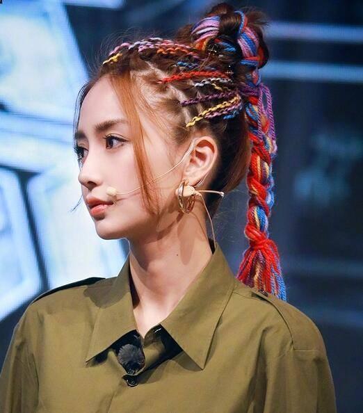angelababy选择了比较酷的脏辫,刘海选择了去年年底大火的龙须刘海,从图片