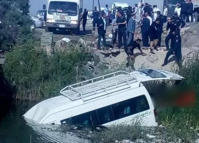 泰國旅游中巴車禍致9名游客受傷圖片