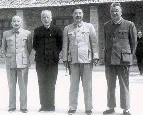 (图:左二为李井泉)