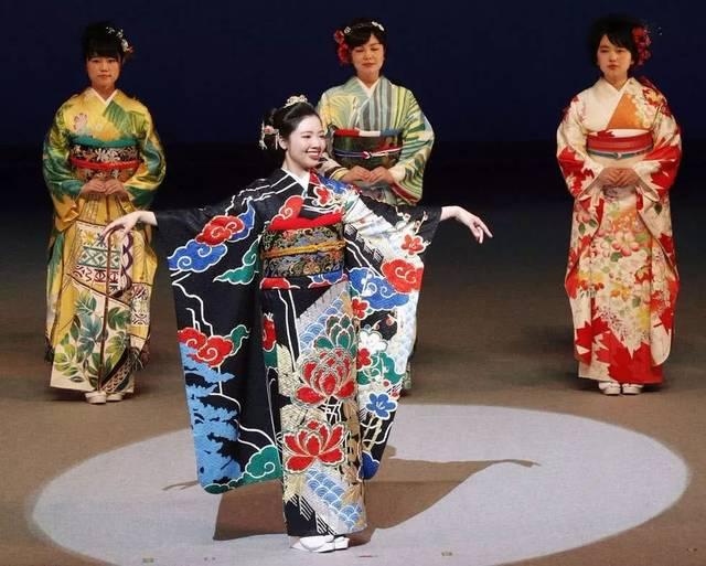 提到日本,脑海中首先浮出的大概就是 优雅的和服、美味的寿司、 白雪覆盖的富士山吧, 和服是日本的传统服饰, 也是日本人最值得 向世界夸耀的文化资产之一。  为了迎接2020年东京奥运会, 2014年日本福冈县久留米市, 具有77年历史的和服店蝶屋的 第三代店主高仓庆应, 提出了「KIMONO PROJECT」的企划, 联合日本各地和服设计师