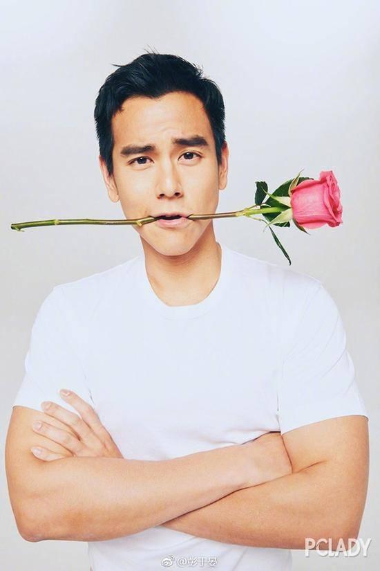 彭于晏自拍_比如周冬雨和彭于晏,拿上一支玫瑰做衬托,level提升了好几档次呢!