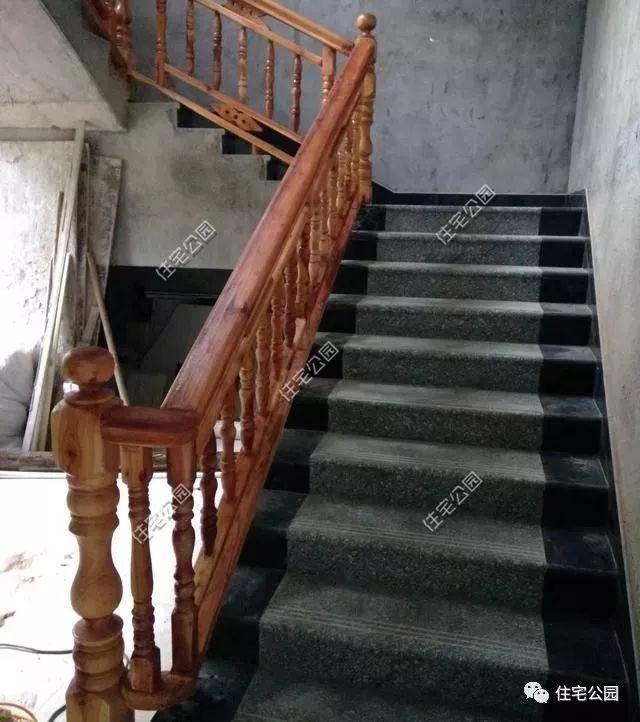 室内楼梯并不是常见的二跑三跑,而是多段式楼梯,木质扶手与水泥灰的地