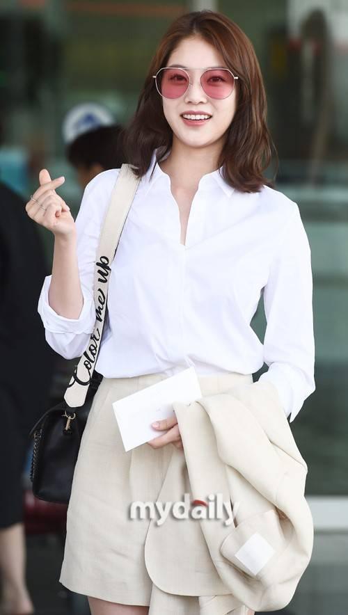 搜狐韩娱讯 5月9日下午,韩国女艺人孔升妍为拍摄时装写真而从仁川