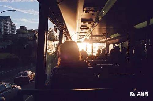 坐公交从起始站坐到终点站,然后又坐回来,看车上的人来人往.