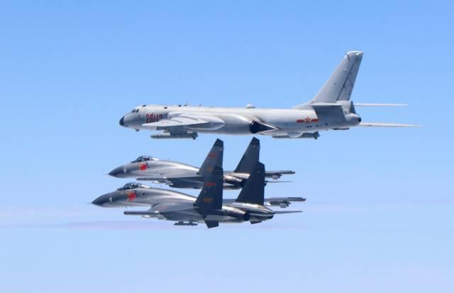 �VӖ��_解放军歼-11战机护航20113号轰-6k(图片来源:国防部)