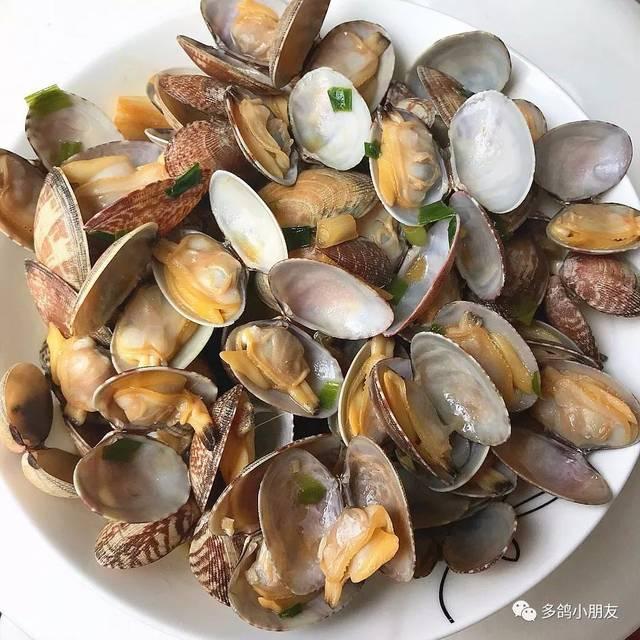 在泡盐水的同时,观察这些花蛤,能张开壳的就是活的,吃它们!