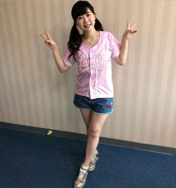福原爱扎着双马尾穿着粉色棒球服,在棒球场上开怀大笑,还和老公江宏杰