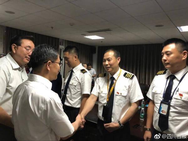川航3u8633机长刘传健(右二)