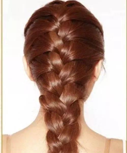 编到全部头发都编起来后,三股麻花辫编到尾图片